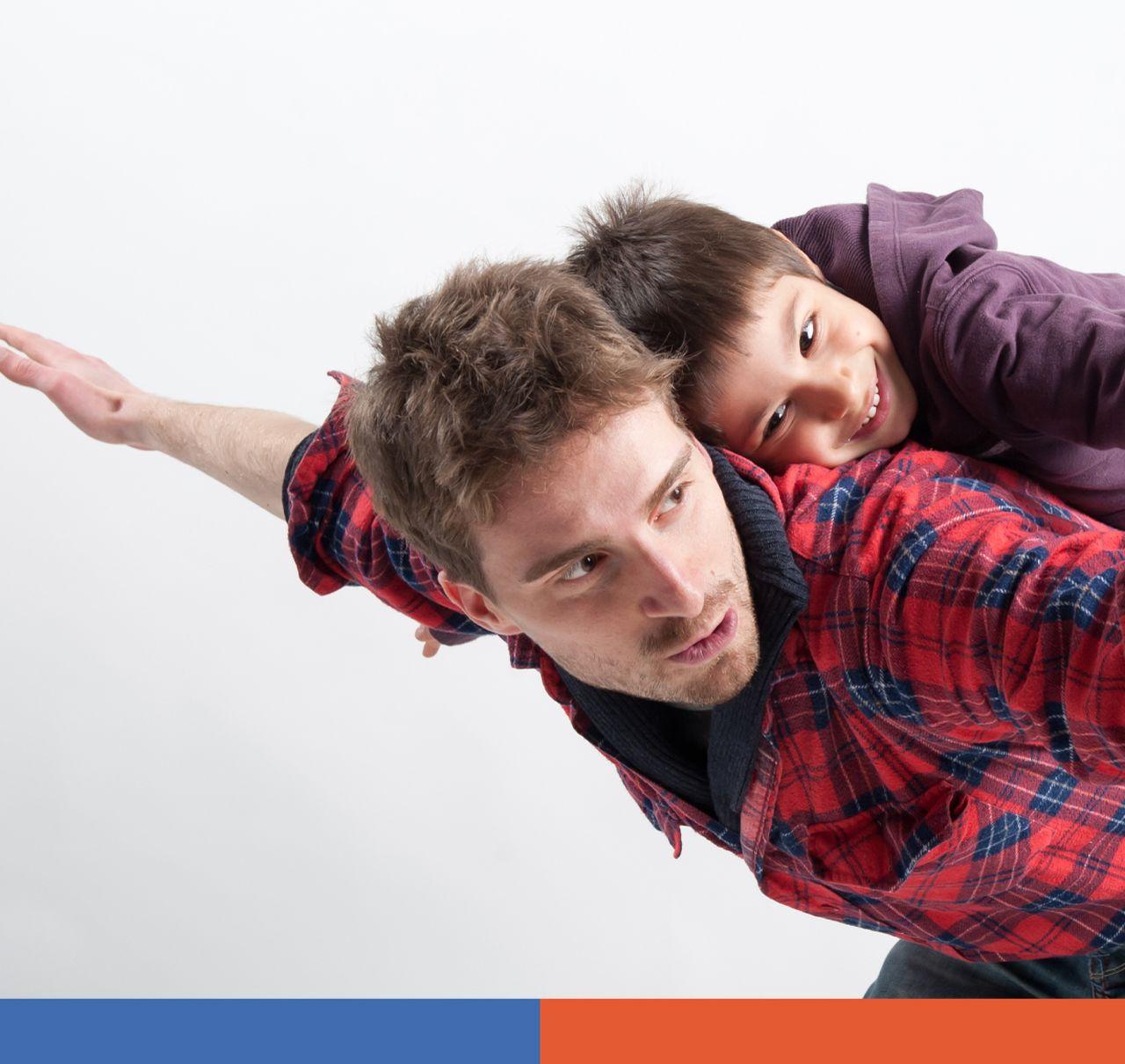 Padre con niño en la espalda feliz y emocionado